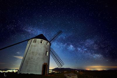 fotografía nocturna a la vía láctea desde el molino de viento de malanquilla por luís javier egea