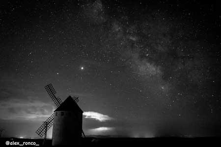 fotografia nocturna en blanco y negro del molino de viento de malanquilla