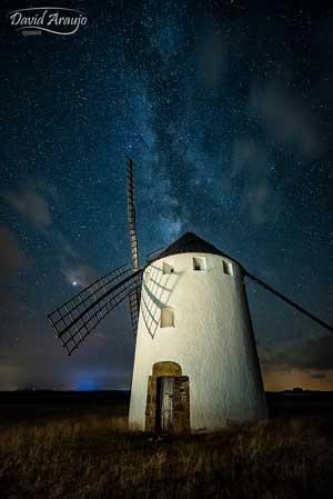 fotografía nocturna al molino de viento de malanquilla con la via lactea al fondo realizada por david araujo