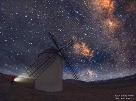 fotografía nocturna de carlos azagra a la vía láctea desde el molino de viento de malanquilla calatayud zaragoza