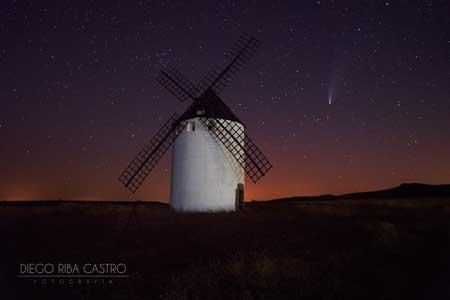 fotografía nocturna al cometa desde el molino de viento de malanquilla realizada por diego riba