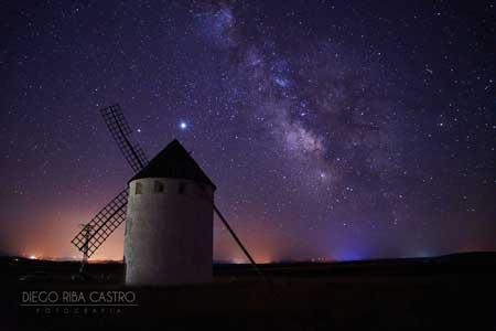 fotografía nocturna de la vía láctea desde el molino de viento de malanquilla realizada por diego riba