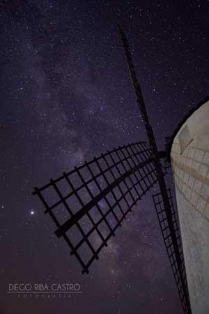 fotografía de vía láctea de diego riba desde el molino de viento