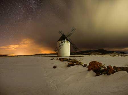 fotografia nocturna en el molino de viento de malanquilla nevado por tomas plaza serrano