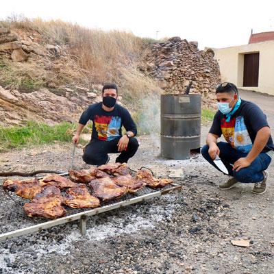 asado argentino tradicional elaborado al aire libre con leña y brasas a fuego muy lento durante mucho tiempo